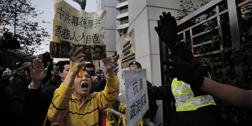 2016 samlades demonstranter utanför Fastlandskinas kontor i Hongkong för att protestera mot att bokhandlare i Hongkong som sålt kontroversiella satirer om höjdare inom Kommunistpartiet försvunnit.