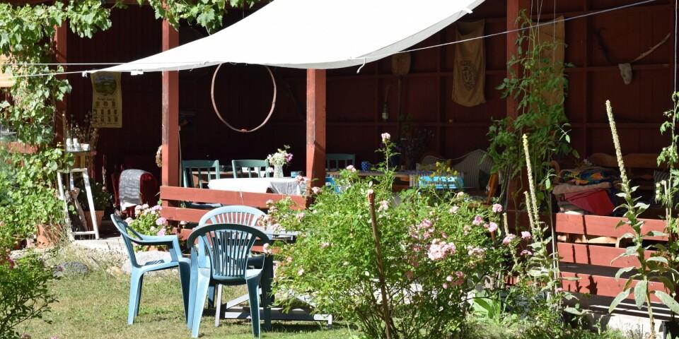 En öppen carport har gjorts om och huserar inte längre någon bil. Under sommaren har musiker haft spelningar utomhus i carporten.