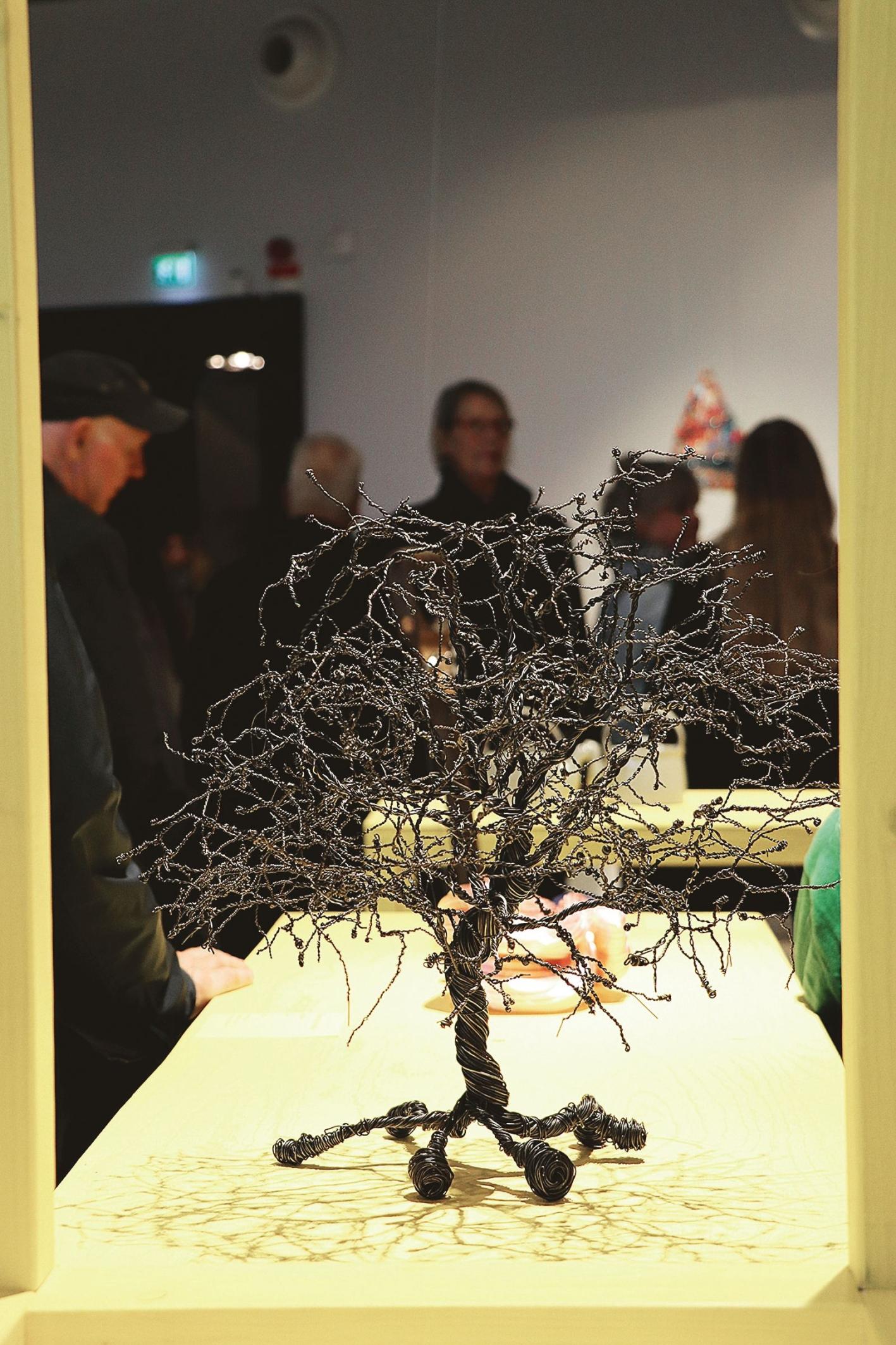 Ann-Sofi Karlssons Livsträd i järntråd är ett av de 67 verk uttagna av en extern jury till årets utställning.