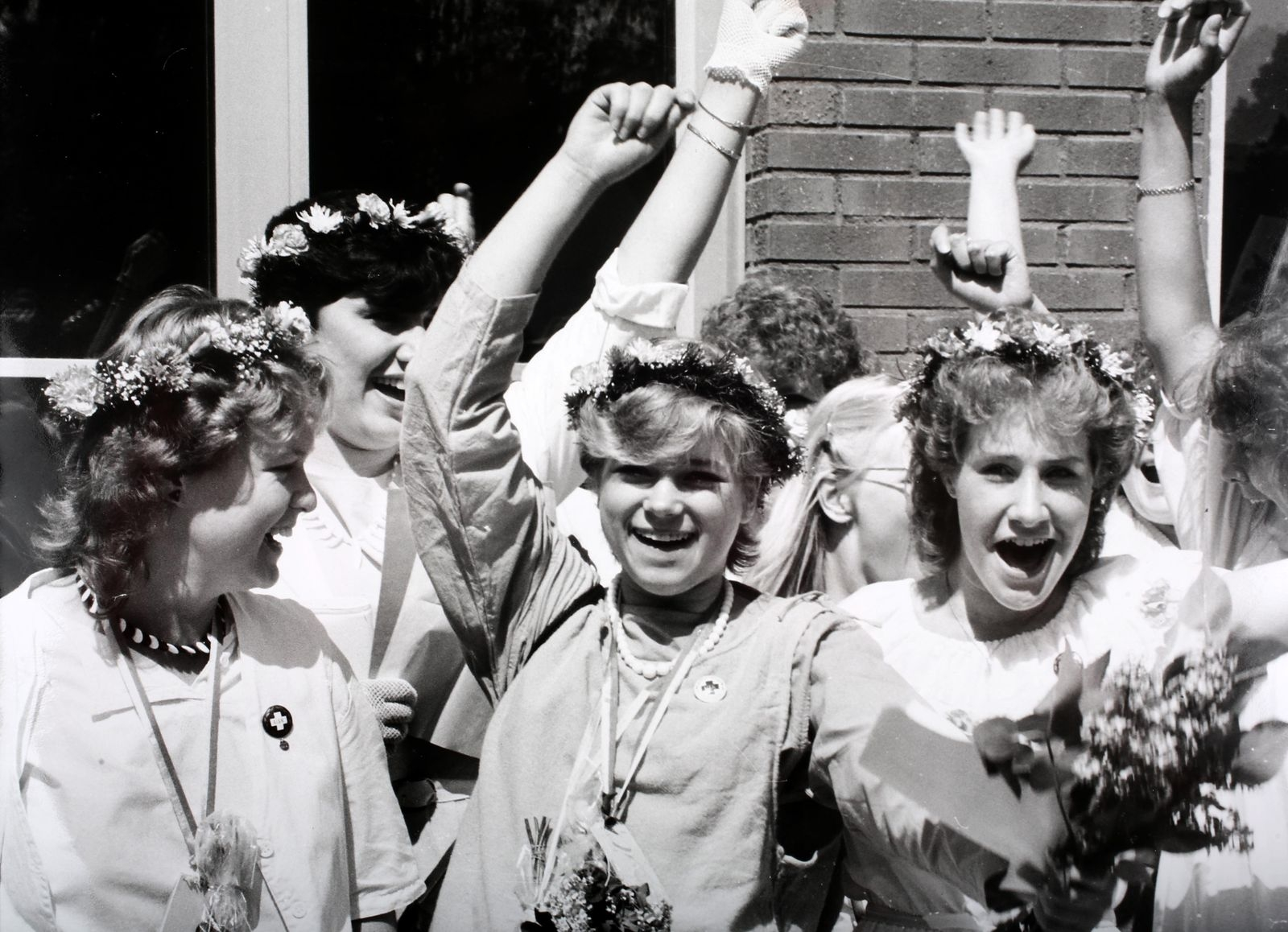 Annika Andersson, Carola Danielsson och Anita Andersson går ut Stensöskolan 1984.