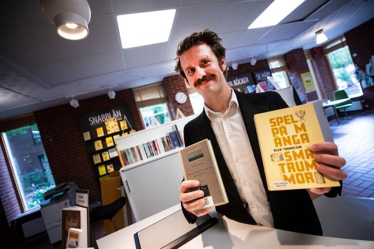 Joel Hirsch, bibliotekarie, med två romaner skrivna av årets dubbla nobelpristagare.