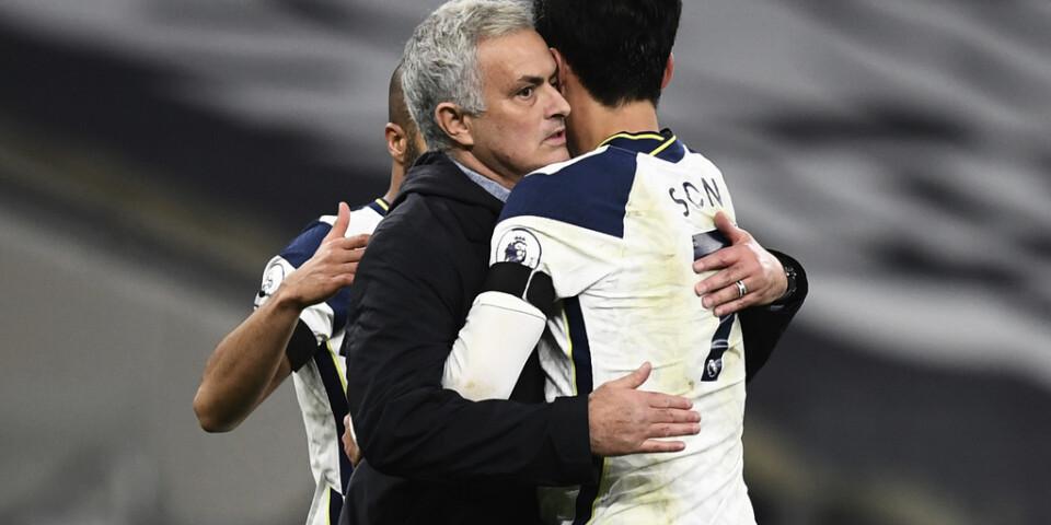 Tottenhams manager José Mourinho kramar om målskytten Son Heung-min efter segern i toppmötet.