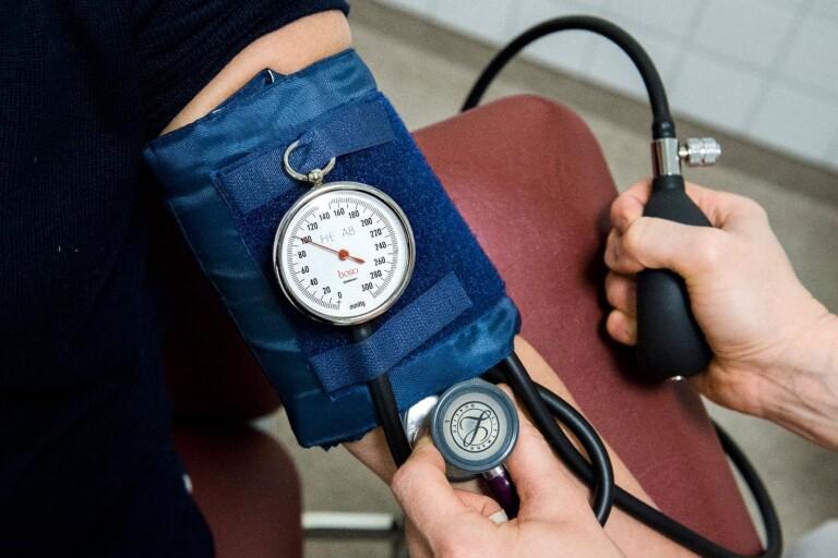 Patientens blodtryck och puls följdes upp, men de bakomliggande orsakerna varför patienten var svag i ryggen och ramlade blev inte undersökt av läkare förrän efter flera månader. Bilden är en genrebild.