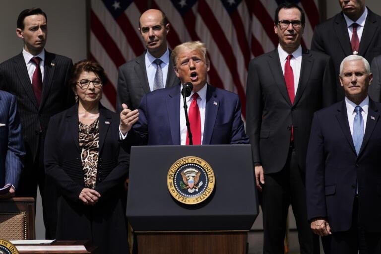 USA:s president Donald Trump håller presskonferens utanför Vita huset efter att oväntat starka jobbsiffror presenterats.