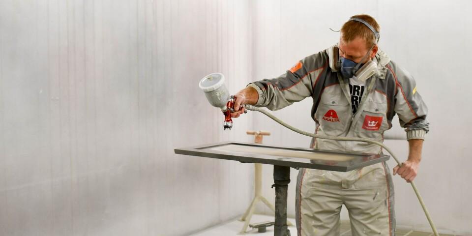 – Det är fantastiskt roligt att få måla nytt liv i en möbel och veta att den kommer att användas istället för att stå och samla damm på vinden, säger Henrik Larsson.
