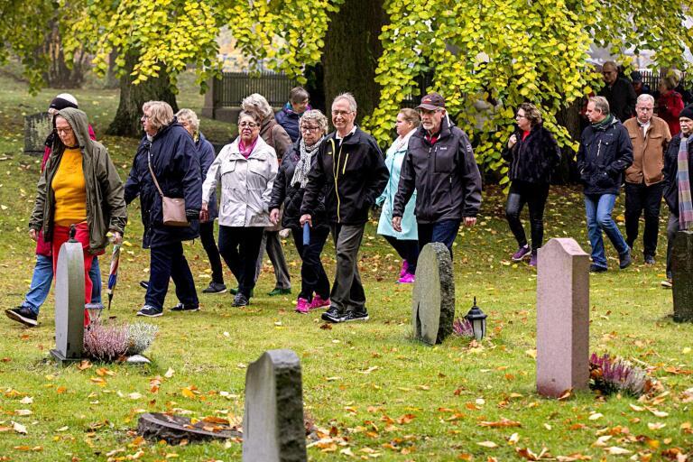 Thomas Gren tog bland annat med deltagarna till några av de stora gravmonumenten på kyrkogården i Oskarshamn.