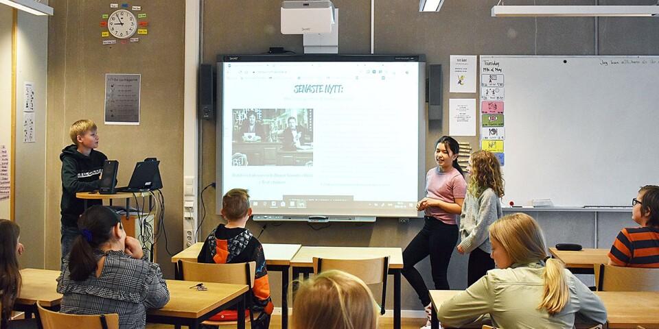 Theodor, Alicia och Saga visar senaste nytt från Lindsdalsnytt för sina klasskompisar i 4d på Lindsdalsskolan.