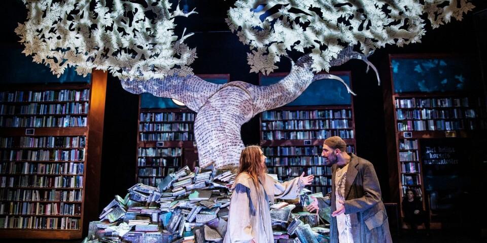 """Ett träd fullt av kärleksbrev. Josefin Iziamo och Dilan Amin i """"Cyrano""""."""