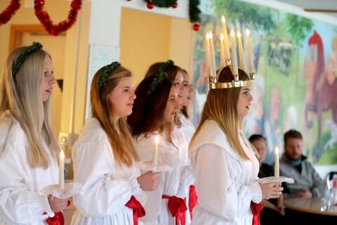 Lucia och tärnor spred glädje på äldreboenden