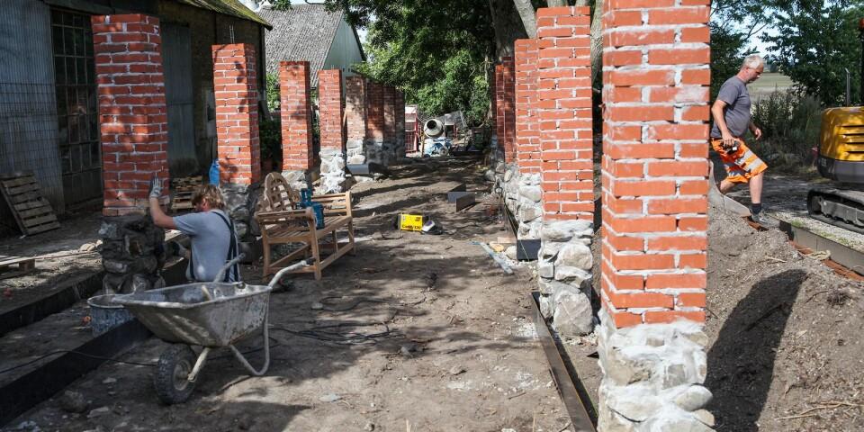 En blåregnspergola med boulebana är ett av de nya projekten i den privata trädgården.