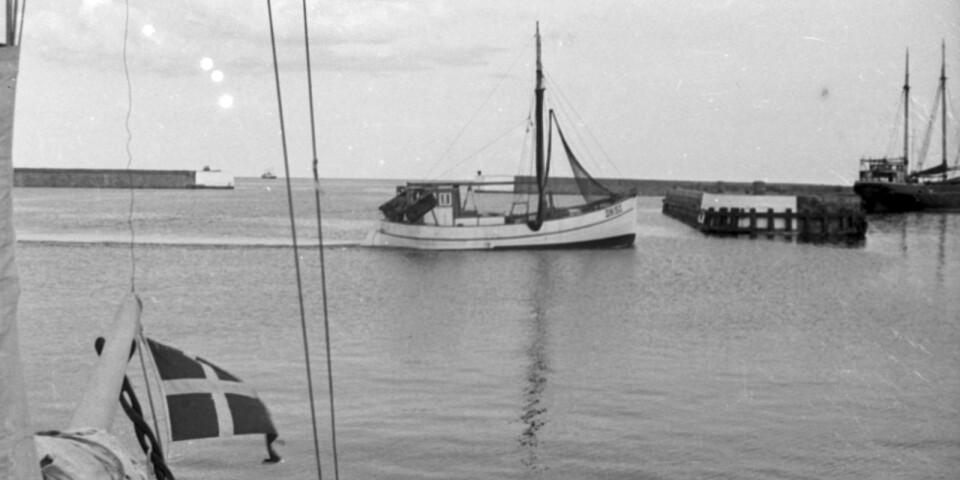En fiskebåt på väg in mot kaj. Nu vill regionmuseet veta mer om fiskenäringen i Simrishamn.