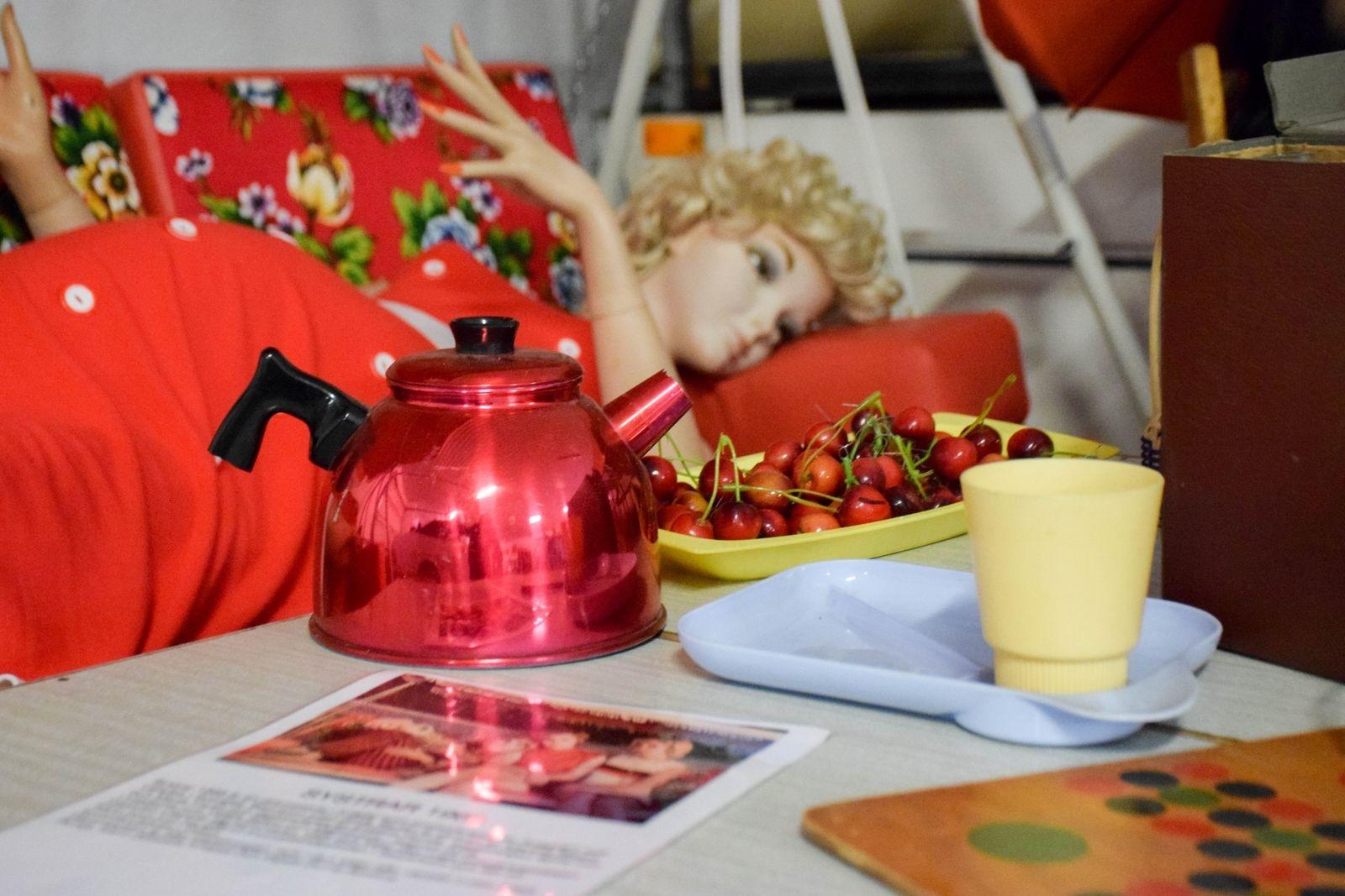 """En del av rekvisitan som användes under inspelningen av tv-serien """"Systrar 1968"""" hämtades på nostalgimuseet i Tryde. Bland annat tjugo tidstypiska campingbord, skrivmaskiner, telefoner och hammocken som skymtar på bilden."""