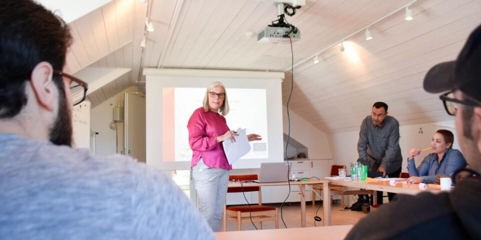 När ÖM besöker Skillinge Missionshus är personalkonsult Helena Ström på plats för att hålla en tvådagarsutbildning för nyanlända.