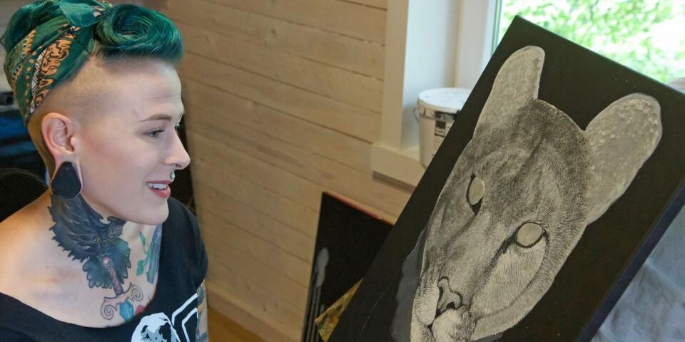 """""""Många rådjur och hundar har det blivit. Jag älskar djur helt enkelt. Och jag tycker faktiskt inte att det abstrakta målandet är så utmanande. Ja, jag är kanske för mycket kontrollfreak helt enkelt"""", säger Carolina NIlsson."""