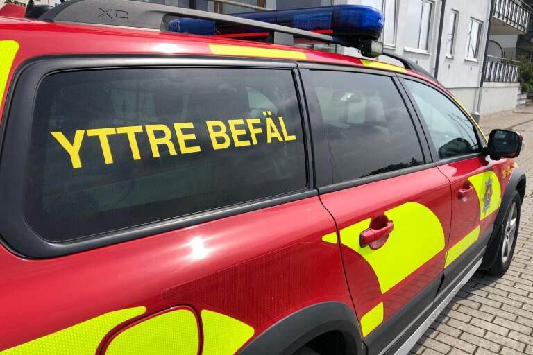 Bil började ryka under färd – räddningstjänst släckte branden