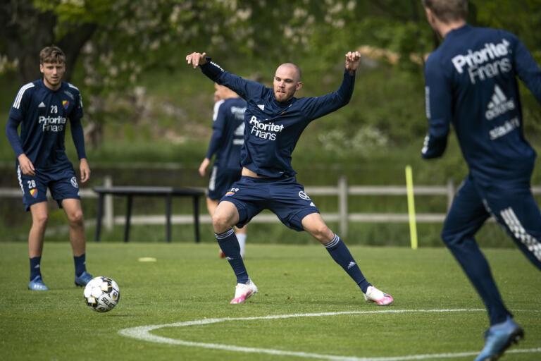 Marcus Danielson tränar med Djurgården medan han inväntar besked om den kinesiska ligan.