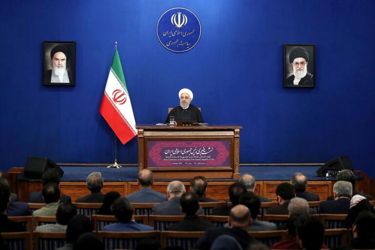 Irans president Hassan Rouhani möter den inhemska pressen.