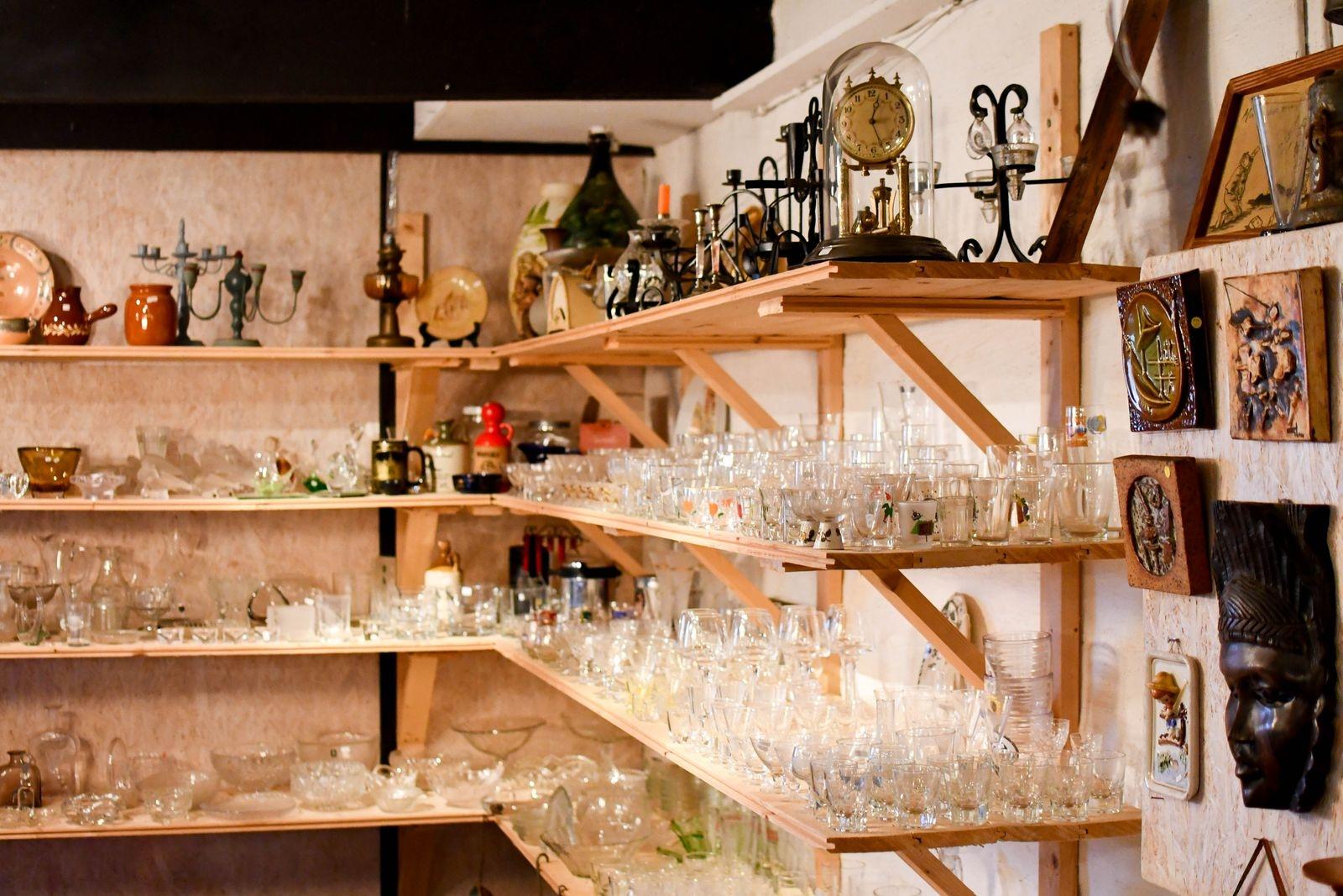 Lundins lada är belägen söder om väg 11 mellan Ö Tommarp och Gärsnäs. Här hittar kunderna allt från möbler till småprylar.