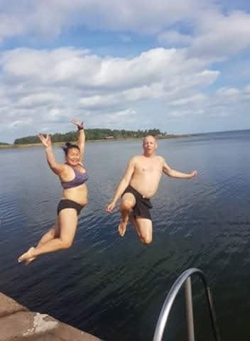 Så här glada var Susann och Mats Carnesten när de slängde sig i vattnet från Norrlidsbryggan i söndags den 13 september. Badtermometern visade då 15,6 grader.