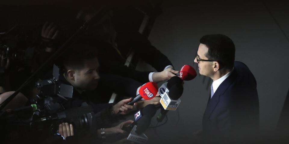 Polens premiärminister Mateusz Morawiecki talar med journalister vid EU-toppmötet i Bryssel.