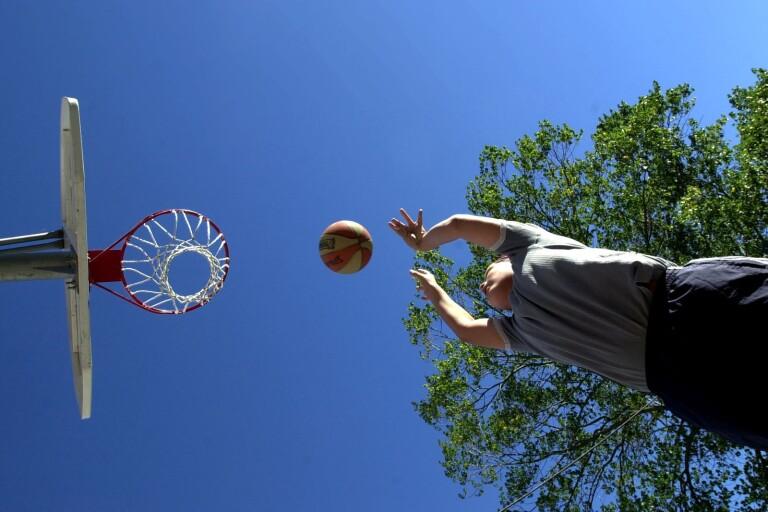 """""""Oljud"""": Grannar klagar på unga som spelar basket"""