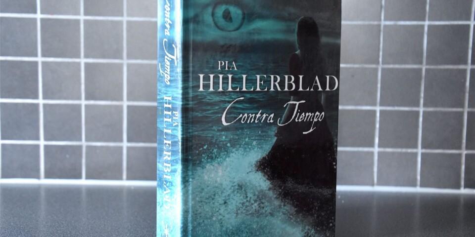 """""""Contra Tiempo"""" är ett spännande relationsdrama med inslag av magi. Romanen utspelar sig växelvis i Lund kring millennieskiftet och Sevilla på 1840-talet."""