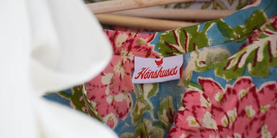En nyhet för säsongen är klänningar, kaftaner och kimonos som bär Hönshusets logotype.
