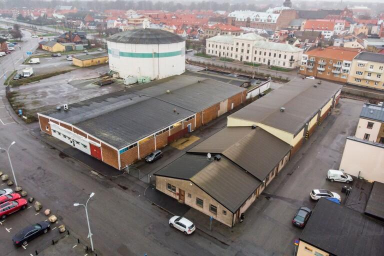 Det är byggnaderna runt sockersilon som ska rivas. Tackel & tågs byggnader är privatägda och kommunen hoppas att de blir en del av den framtida Hamnstaden.