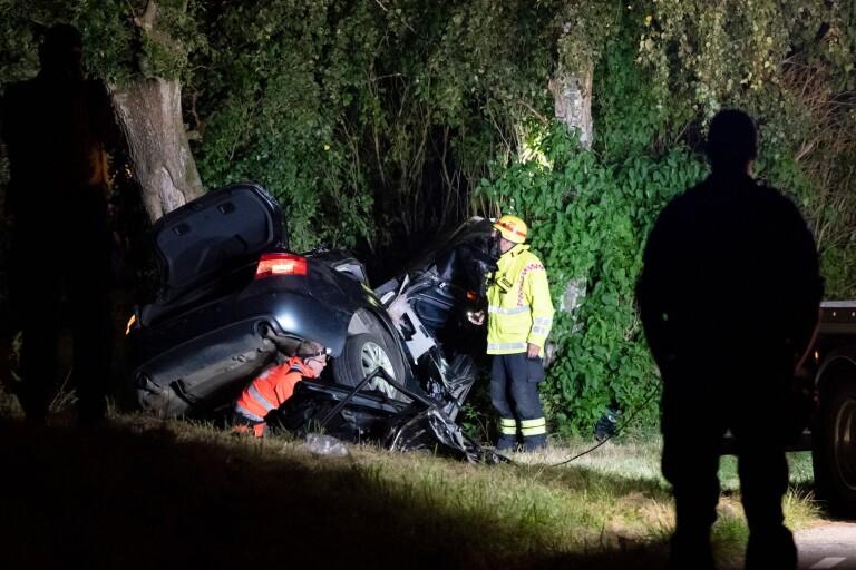 Samtliga tre personer - 12, 21 och 22 år - omkom när bilen körde av vägen och in i ett träd på länsväg 832 mellan Skabersjöby och Torup öster om Malmö på torsdagskvällen.