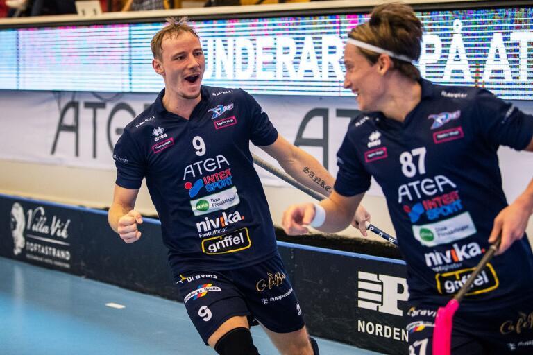 Jesper Sankell (vänster) firar Karljohan Ahlroths avgörande 3–2–mål.