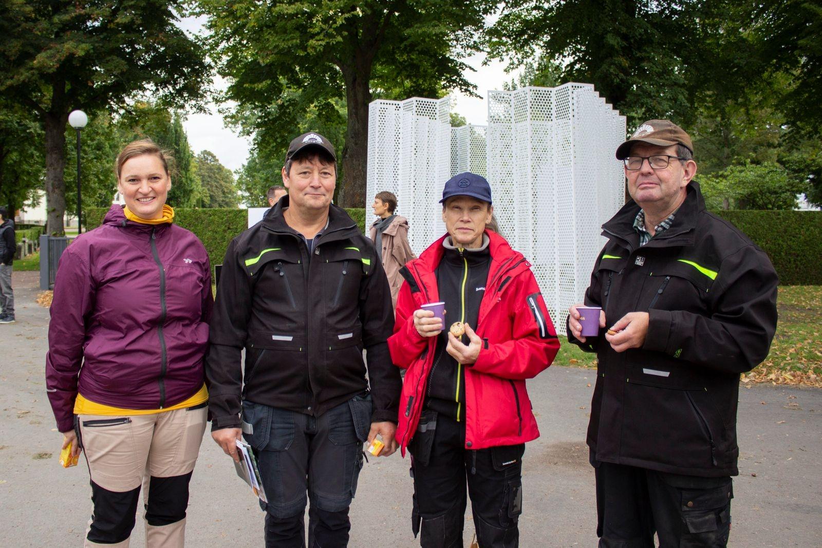 Malin Steinwandt, Lars-Ola Alvarsson, Åsa Wykman och Lars Åkesson från Ryssby-Åby pastorat i Växjö har bland annat tittat på lövblåsar och batterimaskiner. – Det är spännande att se vad som finns, säger Malin Steinwandt som studerar till trädgårdsmästare och just nu är ute på praktik.