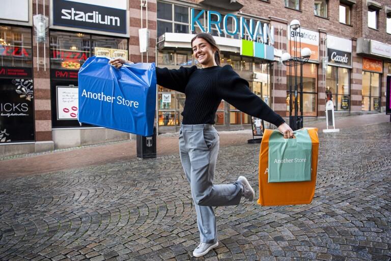 17-åriga Agnes jobbar med att shoppa – för din coronasäkerhet