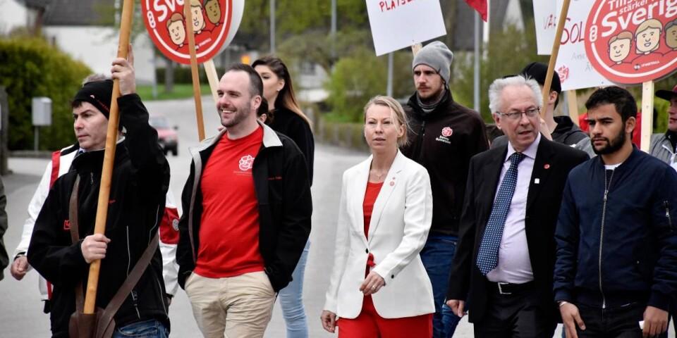 Sara Rudolfsson och Jan Björkman sida vid sida under Första maj i Olofström. Foto: Anton Kyhlbäck