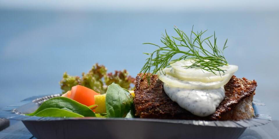 Kåsberga Fisks berömda sillamacka kan avnjutas i sällskap av ett glittrande blått hav. Precis som det ska vara.