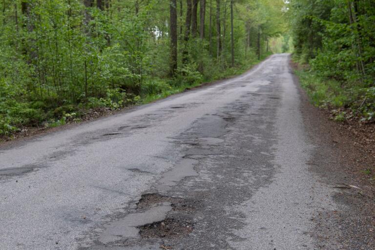 Dålig väg: Ilska mot potthål på väg vid camping