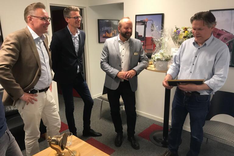 Kalmar Motor fick pris som Årets Företag i Kalmar. Vd:n Magnus Johansson (till höger) överraskades av Nils-Gunnar Thomsson (Länsförsäkringar), Tobias Folkesson (Länsförsäkringar) och Lasse Johansson (Företagarna).