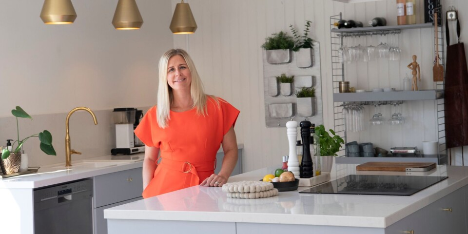 """Köket har totalrenoverats nyligen. """"Det är husets hjärta"""", säger Ninna Edvardsson."""