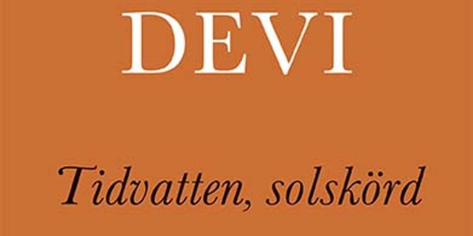 I våras utkom också två av Devis diktsamlingar på svenska, samlade i en titel. Den ena av dem utgår från den stora flyktingvågen 2015.
