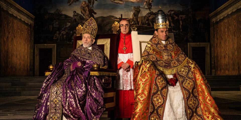 """Mycket pompa, ståt – och prästerliga hattar blir det i """"The new pope"""", med John Malkovich, Silvio Orlando och Jude Law. """"En rad kardinaler från runtom i världen har hört av sig till mannen som gjort de hattar jag hade. De ville ha likadana"""", säger Jude Law. Pressbild."""