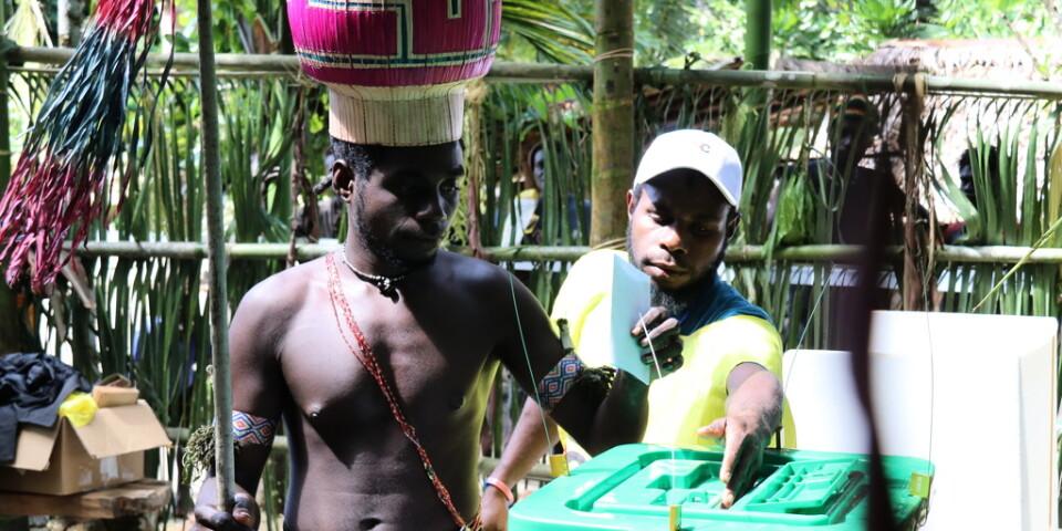 En man röstar om självständighet i Teau i Bougainville i slutet av november.