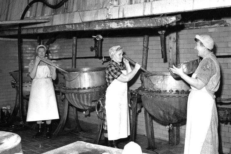 Här är det väl ändå syltkokning på gång? Eller kan det vara dags för gelé? Vilka är de tre kvinnorna som rör runt i grytorna på Önos i Tollarp 1951?