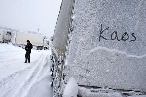 Hemtjänst och skolskjutsar ställs in i snöovädret