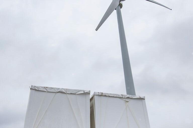I Simris testar man batterisystem och vindkraft. En av många metoder som kan komma att bli nödvändiga för att bota hotande elbrist.
