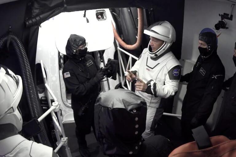 Astronauterna Doug Hurley och Bob Behnken lämnar kapseln Crew Dragon efter onsdagens avbrutna försök att skjuta upp raketen.