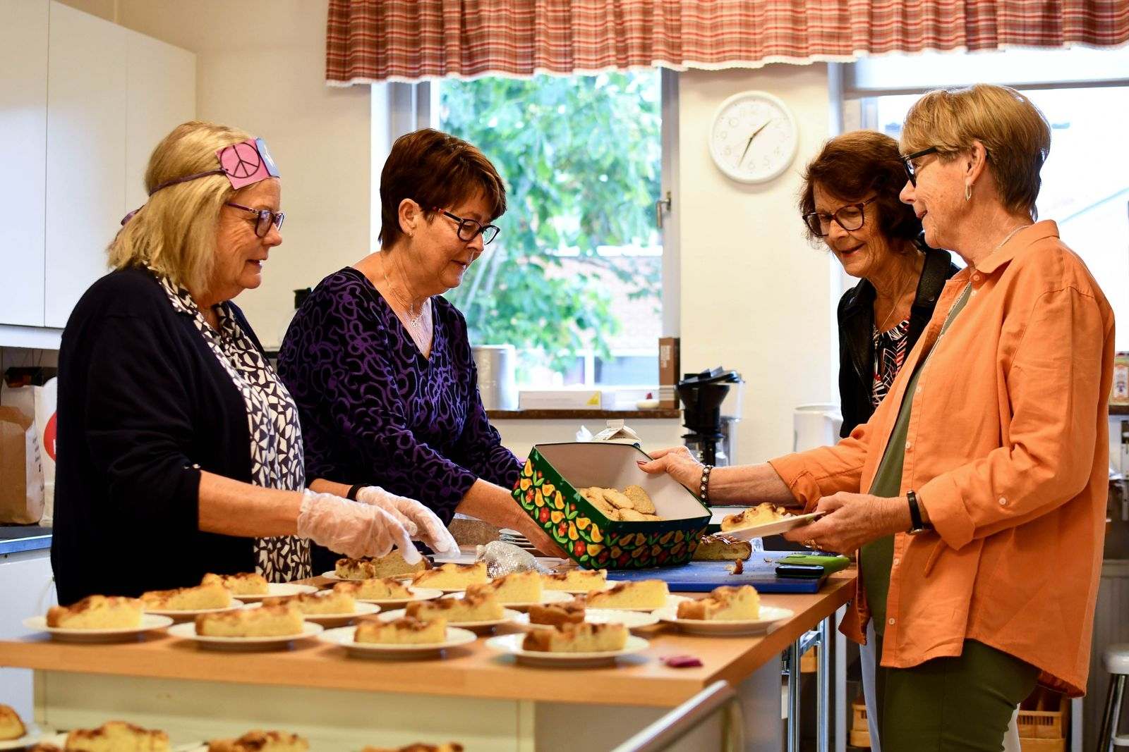 Inger Wikström, Pia Jönsson, Birgitta Persson och Carita Gunnarsson i färd med att förbereda fikat som serveras till självkostnadspris när det är drop-in-café.