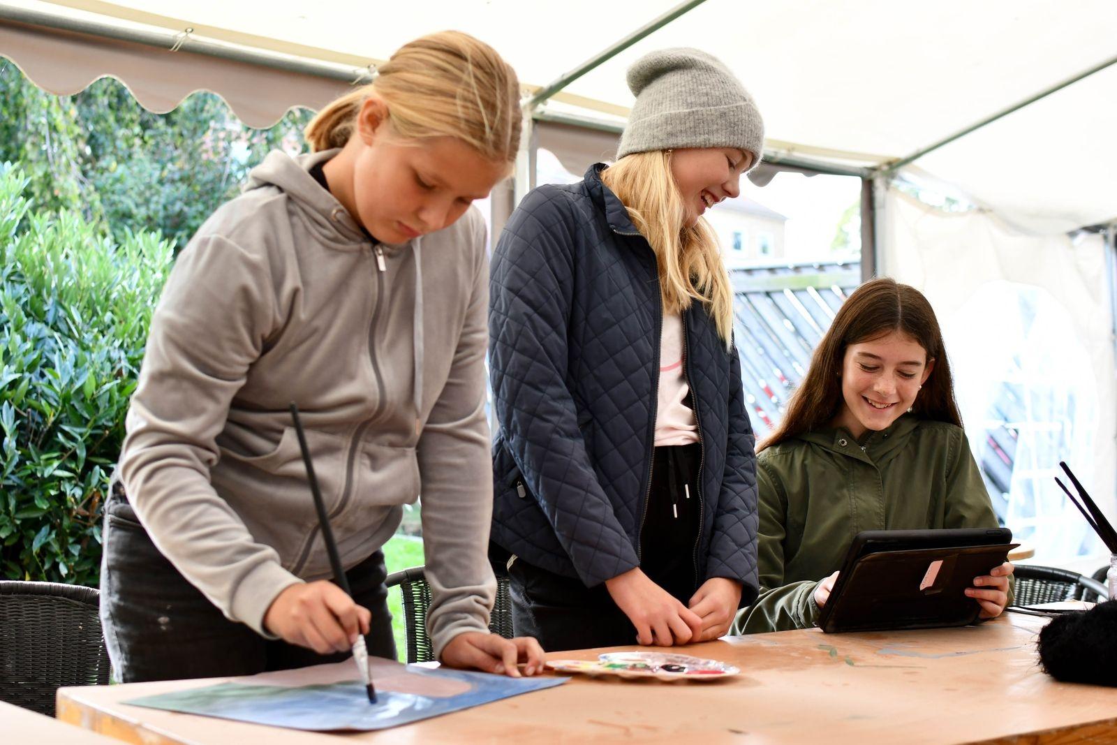 Ella Johansson, Alma Persson och Felice Unosson tycker det är kul att prova på att göra videokonst.