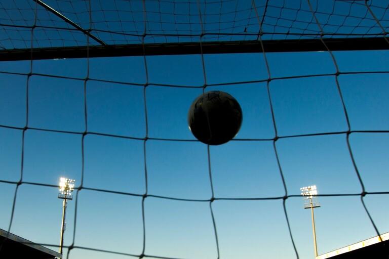 Elitdomare i fotboll häktad – misstänks för mångmiljonbluff