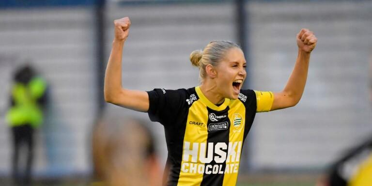 Hammarbys lagkapten Alice Carlsson jublar. Bilden är från matchen där Hammarby säkrade det damallsvenska kontraktet. Men Carlsson jublade även på fredagskvällen – då det stod klart att bara ett lag åker ur högsta serien nästa år.