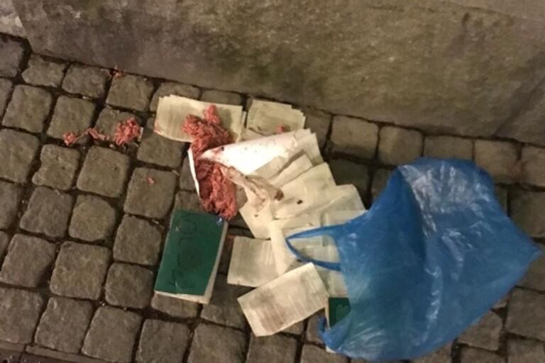 Attack med bränd koran och griskött utanför butik
