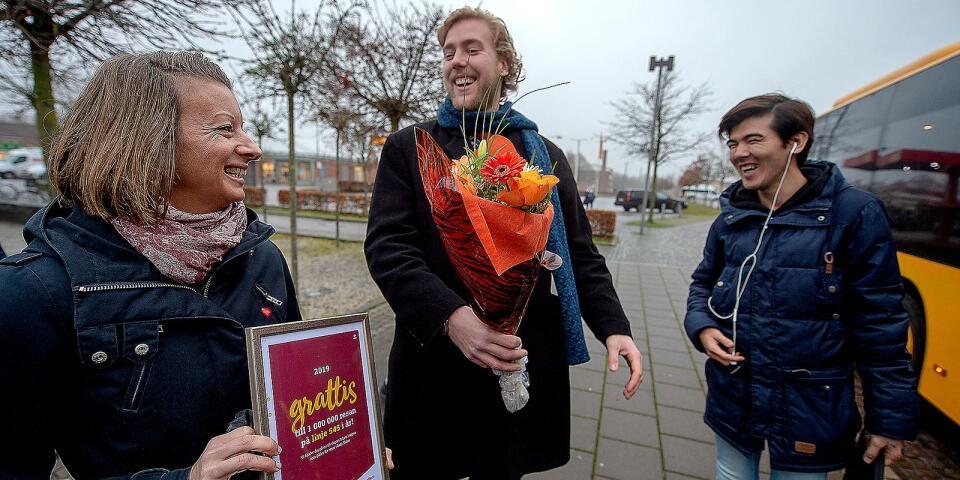 Här firas den miljonte resenären, Ali Hosseini, på linje 545 under onsdagen. Daniel Jönsson (M) delar ut blommor. Emma Eriksson från Skånetrafiken bjuder på diplom och 15 dagars fritt resande i hela Skåne.